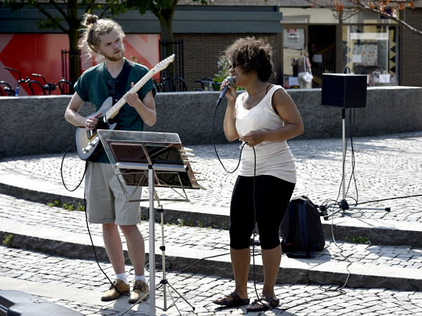 Björn Jonsson och Dieynaba Cissé spelade på stan och lockade folk.